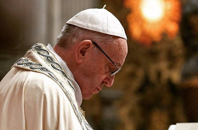 El Papa Francisco reza durante la celebración de la misa en el Vaticano