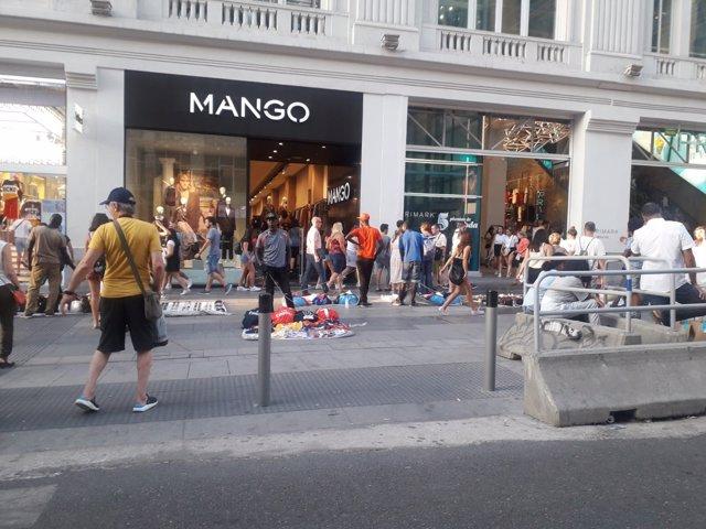 Manteros en la calle Gran Vía de Madrid