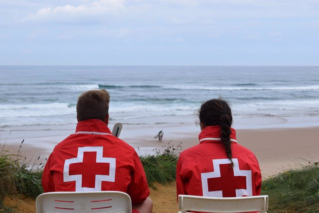 Socorristas de Cruz Roja en las playas de Cantabria