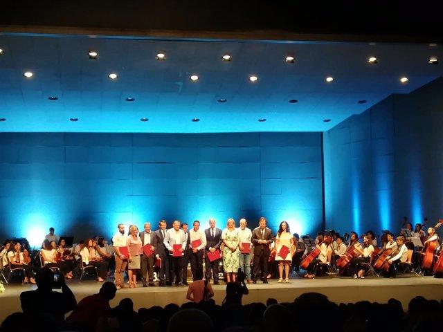 Autoridades durante el acto de homenaje a alcades este viernes en Mérida