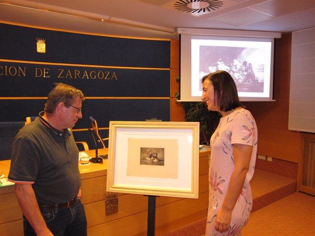 Salueña y Palacín, junto a uno de los grabados de Goya estampados en 1937