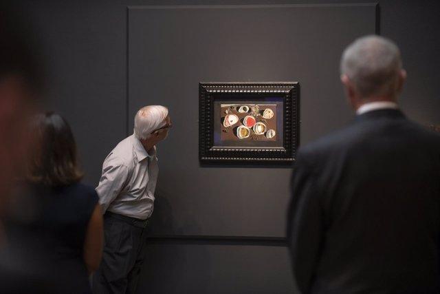 Un visitante a la exposición sobre Dalí en el Meadows Museum