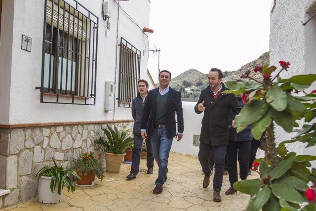 Javier A. García, vicepresidente de la Diputación, en una visita a Bédar.