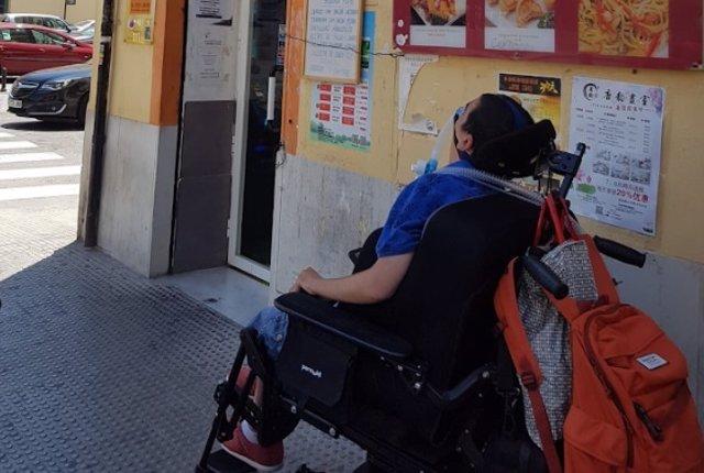 CERMI denuncia que un bar ipide el acceso a uan persona en silla de ruedas