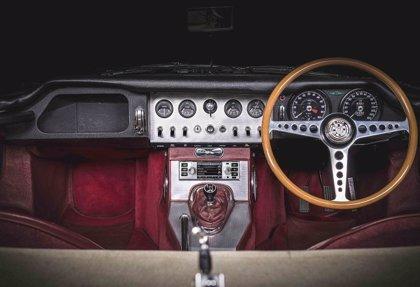 Jaguar Land Rover lleva el infoentretenimiento a sus clásicos