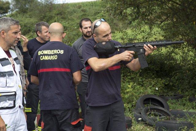 Bomberos practicando
