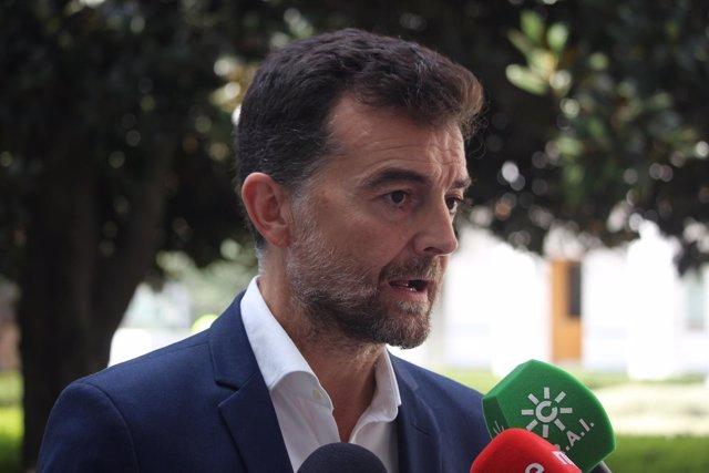 Antonio Maíllo, de IU, atendiendo a los medios