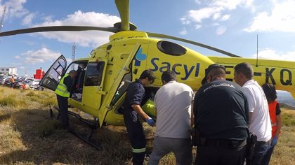 Policía de la Vuelta y una espectadora auxilian a un infartado en La Camperona (León)