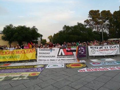Un centenar de personas clama contra el paro y por mejoras en el tren en la entrada del acto de medallas de Extremadura