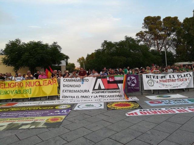 Protesta antes de las medallas de Extremadura