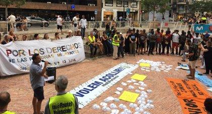 Diversas asociaciones se concentran en el centro de València para exigir el fin de las devoluciones en caliente