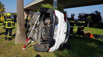 Bomberos intervienen en la caída de un coche desde cuatro metros junto al Puente Carranza de Cádiz