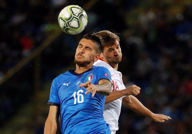 Lorenzo Pellegrini y Bartosz Bereszynski pelean en un Italia-Polonia