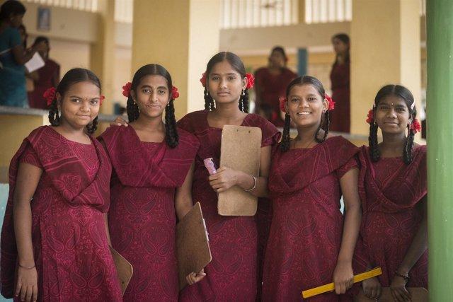 Niñas acuden a la escuela en India