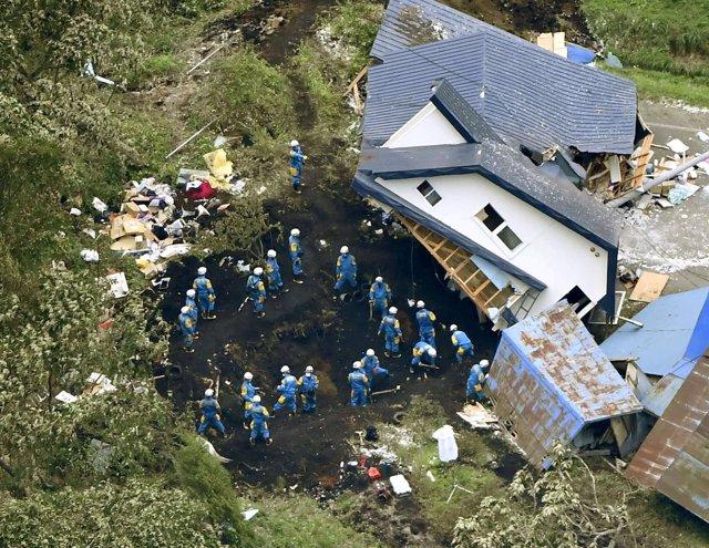 Policías buscan a supervivientes del terremoto en Japón