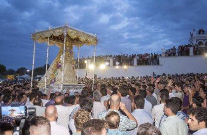La Virgen del Rocío se recoge en su Ermita tras más de ocho horas de procesión extraordinaria