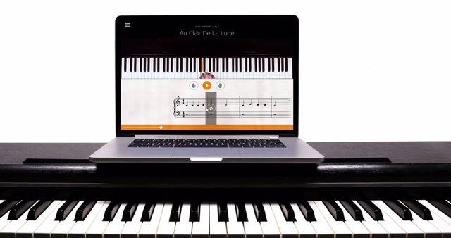 Aplicación Flowkey, piano y ordenador
