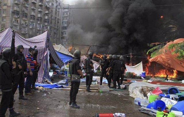 La policía antidisturbios despeja la zona de miembros de los Hermanos Musulmanes