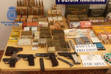La Policía desmantela un punto de depósito de armas y munición en Gandia y detiene a dos hombres