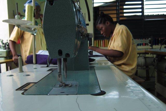 Niña en un taller de costura en Cotonou, Benín, África
