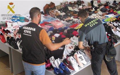 Seis detenidos en Torrevieja por la venta de objetos falsificados por un valor de 70.000€