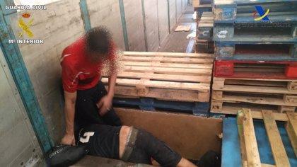 Descubren en Melilla a tres aspirantes a polizones ocultos en un doble fondo de una batea