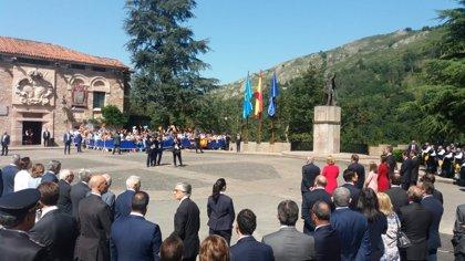 Los Reyes, la Princesa y la Infanta asisten a la ofrenda floral a Don Pelayo
