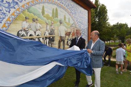 Talavera muestra el cuarto mural de cerámica dedicado a mercados de ganado