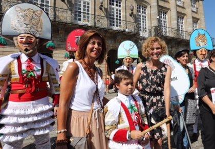 Casi 300 personas participan en la representación de 11 carnavales gallegos en un desfile en Santiago