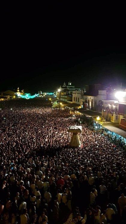 """La procesión extraordinaria de la Virgen del Rocío congrega a """"más de 500.000 personas"""" en Almonte"""