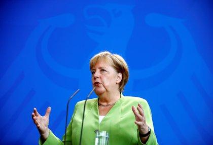El apoyo a la coalición de Merkel cae a mínimos históricos