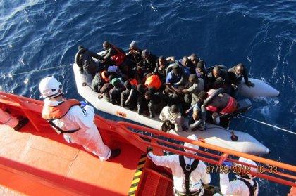 Rescatadas 130 personas, entre ellas 21 menores, de dos pateras en aguas del Estrecho