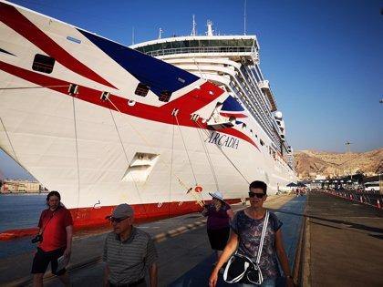 El crucero 'Azamara Pursuit' hace escala este lunes en el puerto de Almería