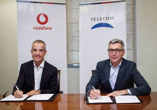 Firma del acuerdo entre Vodafone y Telecom Argentina