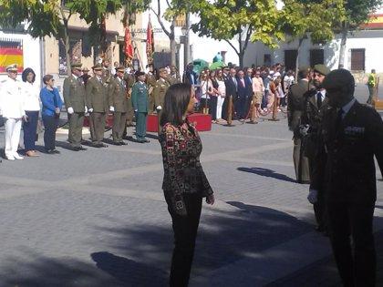 Varios centenares de personas homenajean a la bandera en Uclés (Cuenca) en un acto presidido por la ministra de Defensa