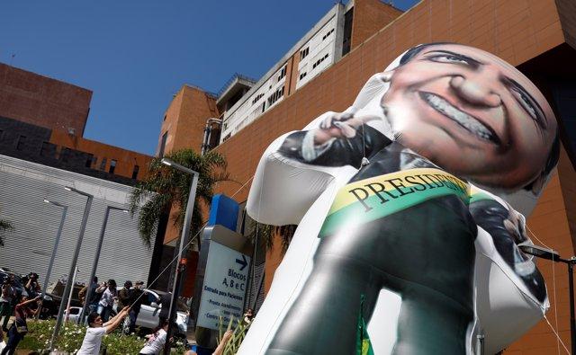Seguidores de Jair Bolsonaro frente al hospital donde está ingresado