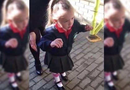 Niña con parálisis cerebral empieza el primer día de colegio dando sus primeros pasos sin ayuda