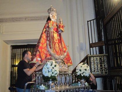 La Virgen de la Fuensanta vestirá un manto rojo en su regreso al santuario, amenazado por la lluvia