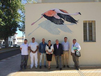 El centro de salud de Almonte renueva su pintura e incorpora murales sobre Doñana