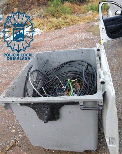 Detenido tras sorprenderlo arrastrando unos 100 kilos de cableado eléctrico en un contenedor