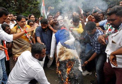 La oposición paraliza gran parte de India en protesta por el aumento del precio del combustible