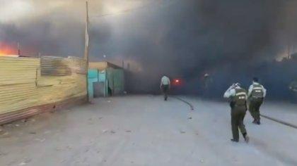 Al menos 700 evacuados, la mayoría colombianos, por un incendio en un campamento de Chile