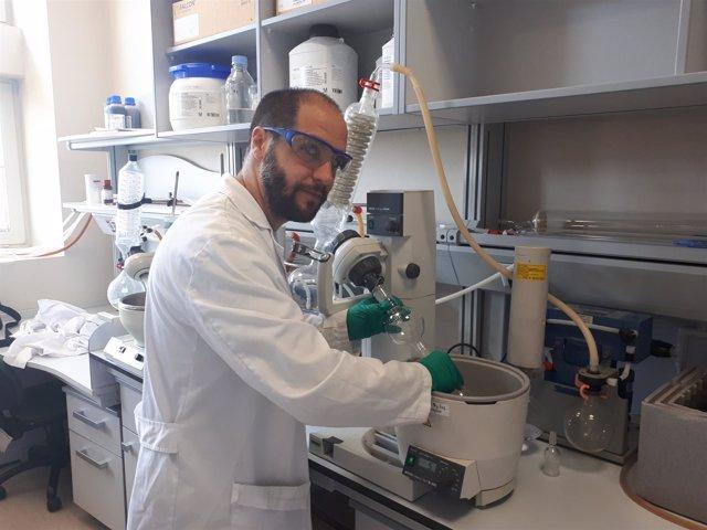 El doctor Pablo Peñalver, en el laboratorio.