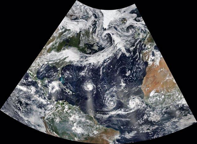 Imagen de tres huracanes en el Atlántico