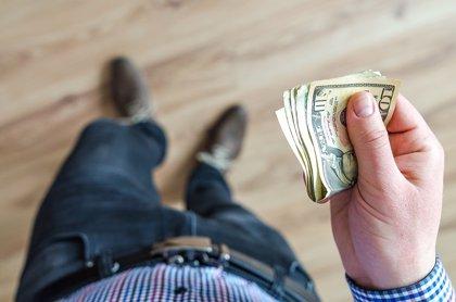 Un vendedor venezolano entrega en Colombia una cartera con más de 160 de dólares