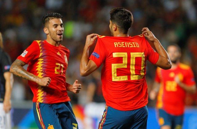 Dani Ceballos y Marco Asensio celebran el triunfo con la selección española