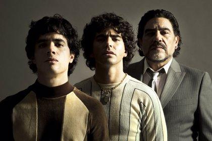 'El Pelusa', por triplicado en la primera imagen de Maradona, la serie de Amazon