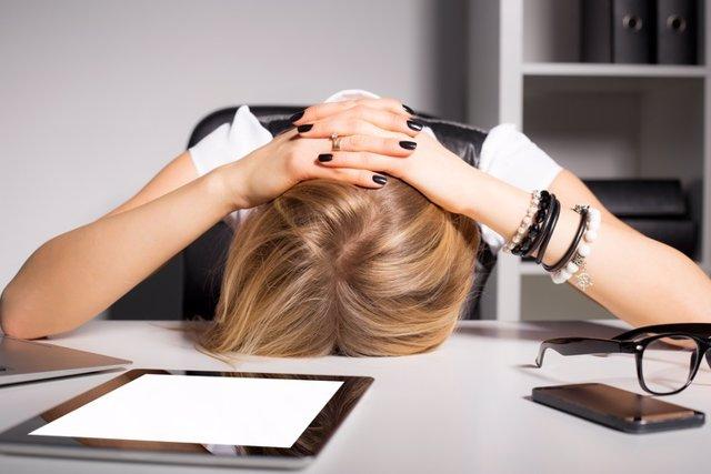 Migraña, mujer, dolor de cabeza