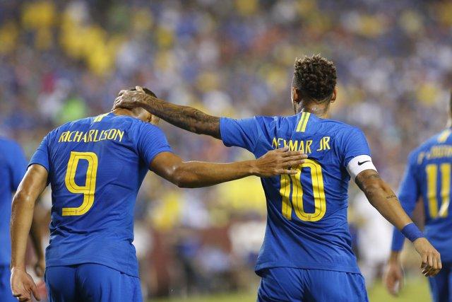 Neymar y Richarlison celebran uno de los goles de Brasil