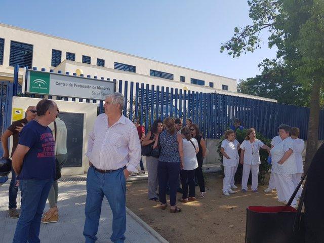 Trabajadores a las puertas del centro de menores de Marchena